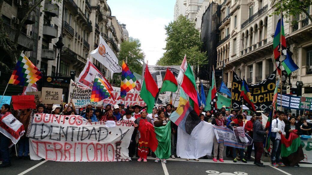 Mapuches movilizándose por la prórroga a la ley de Tierras Indígenas
